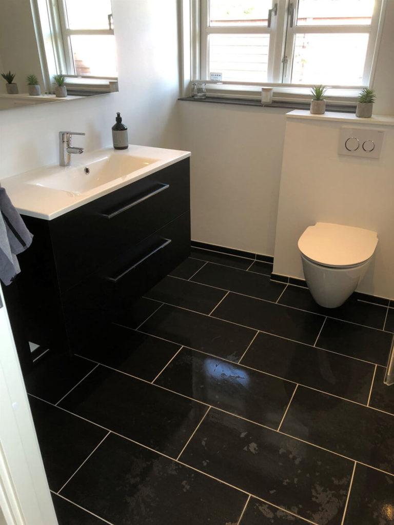 Nyrenoveret toilet i Frederiksværk hos Murermester Mads Tolderlund