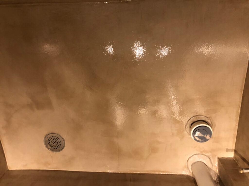 Professionel udførelse af microcement på gulv i gråt