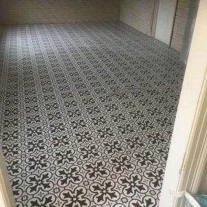 Professionel murermester udførelse af Brune mønstrede fliser på gulv i Frederiksværk, København og Nordsjælland